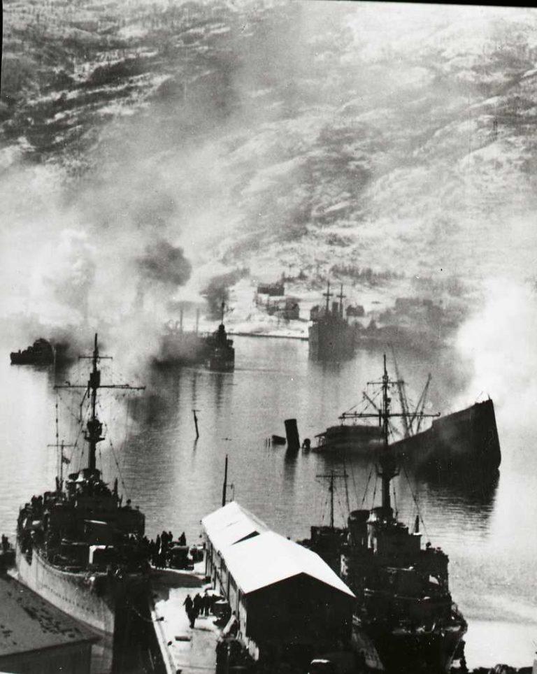 Sjøslaget. To av de ti tyske krigsskipene ligger til kai Narvik etter andre sjøslag 10. april, mens sannsynlig «Wolfgang Zenker»! og «Dieter von Roeder». Bak til høyre: Det nederlandske malmskipet «Bernisse», skadeskutt og synkende.