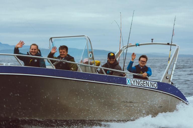 På vei ut på Lyngenfjorden for å prøve fiskelykken. Foto: @VegarStien