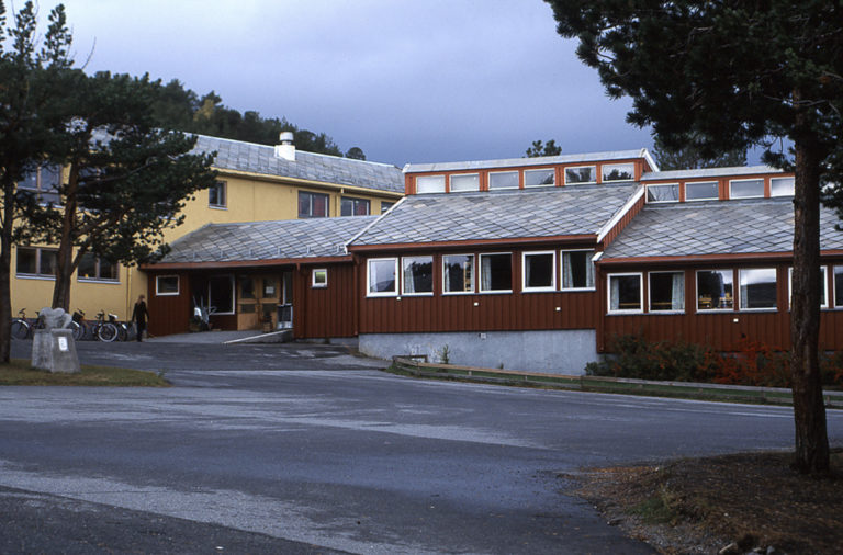 Elvebakken skole i Alta, tegnet av Kirsten Sjøgren-Erichsen, ferdigstilt 1955 © Ingebjørg Hage
