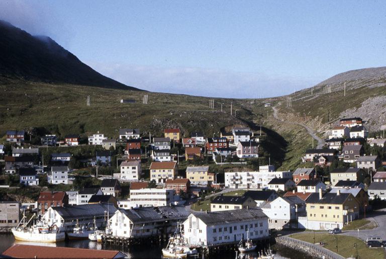 Honningsvåg, havna nederst med industrianlegg, og så ligger bebyggelsen i terrasser oppover © Ingebjørg Hage
