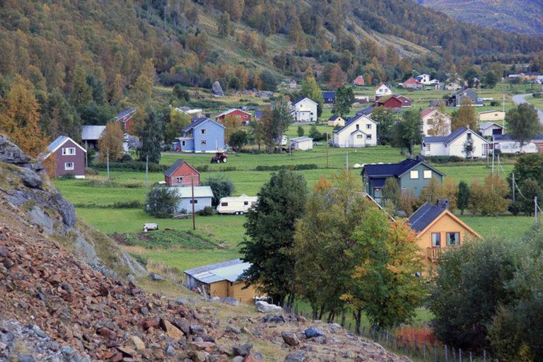 Kåfjorddalen er et miljø med mange småbruk i en flat dalbunn. Her ligger gjenreisningshusene, flere typer, og med varierende grad av påbygging i senere tid © Ingebjørg Hage