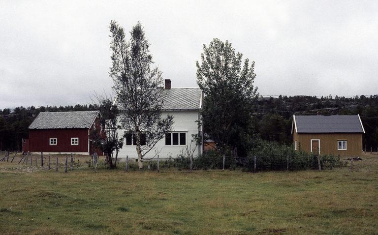 Niemenaiku i Kvænangen er et gjenreisningsanlegg med fjøsen til venstre, hovedhuset i midten og ei bu til høyre som ble bygd med enkle midler da man kom tilbake fra evakueringa, og ventet på å få bygd hovedhuset © Ingebjørg Hage