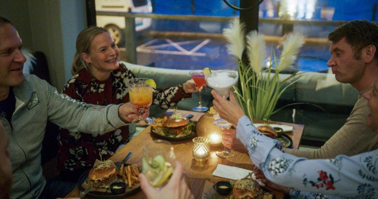 Og etter en fartsfylt dag; Slapp av og nyt tiden med venna - vi lover deilig mat og ekte nordnorsk atmosfære!. Foto: Visit Nordkapp