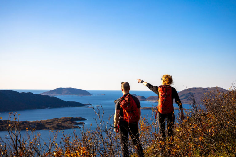 Halvveis opp på Vasstinden med utsikt mot Sommarøy og Senja © Rasmus Ramstad / Adventure Plan