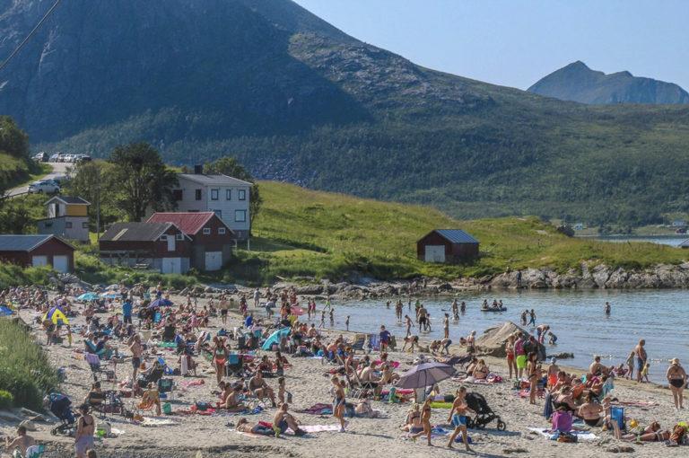 Badelivet i Grøtfjord en av de sjelden sommerdagene. Vannet er forfriskende... © Emi Kjeldsberg