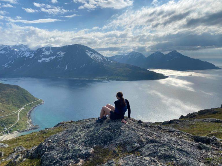På vei opp har du nydelig utsikt nordover. De tre toppene i det fjerne er også nydelig turmål © Mats Hoel Johannessen