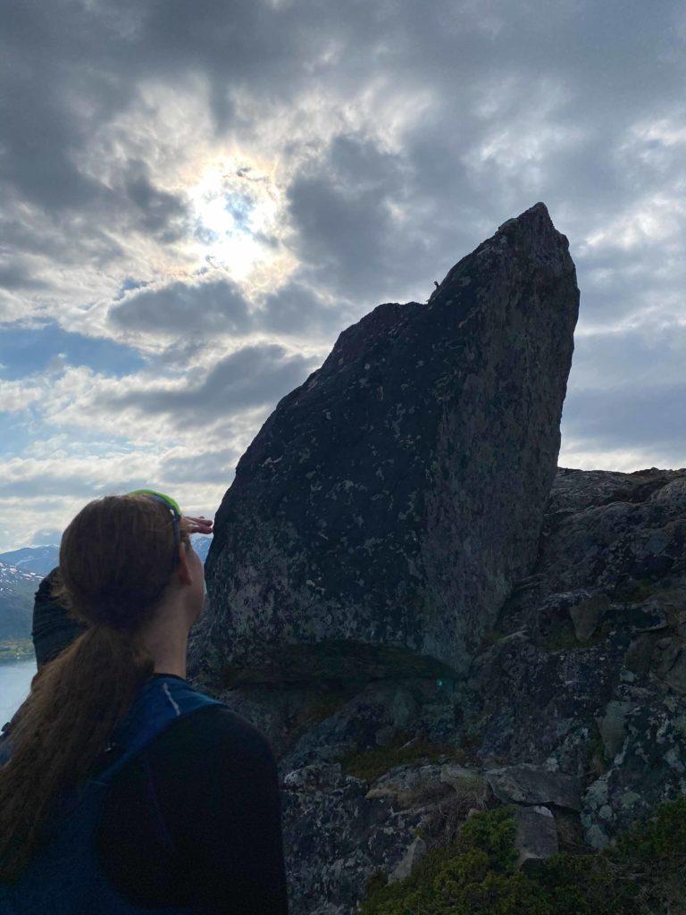 Rett ved denne steinen tar du til høyre for raskeste vei til toppen © Mats Hoel Johannessen