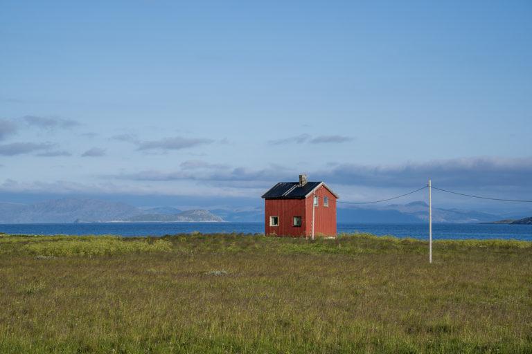 Et enslig hus på Rolvsøya, som ikke er blitt forandret etter gjenreisningen © Frid-Jorunn Stabell/Statens vegvesen
