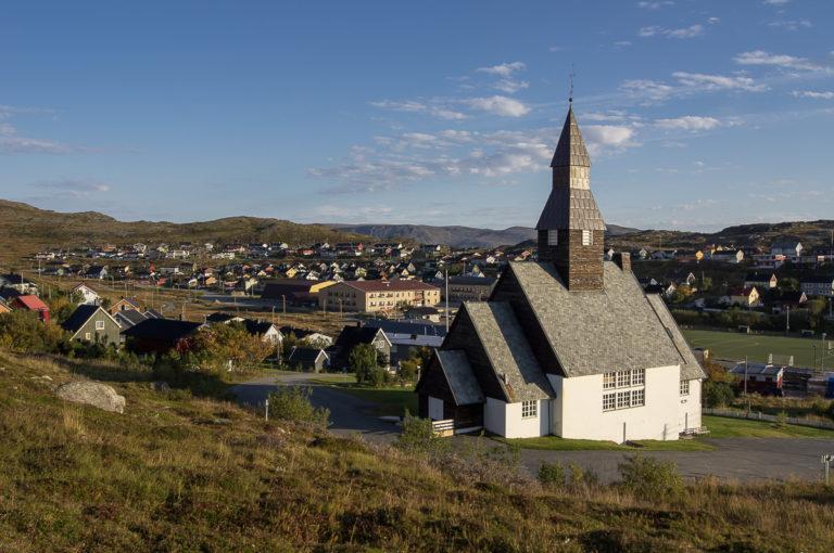 Havøysund kirke fra 1961 er tegnet av Esben Poulsson © Helge Stikbakke/Statens vegvesen