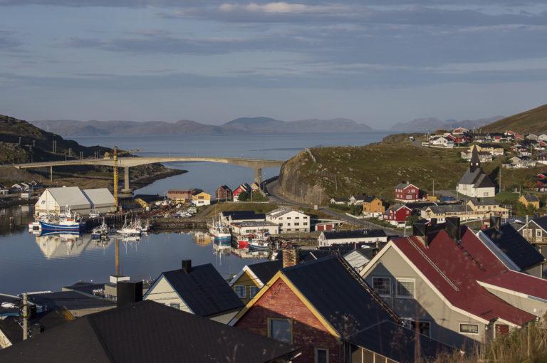 Gjenreisningshusene står tett i tett i fiskeværet Havøysund © Helge Stikbakke/Statens vegvesen