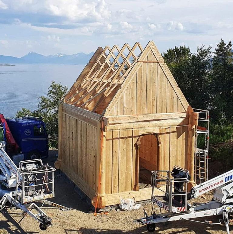 Stavkirken er bygd med 100% tradisjonelle metoder. Stillaser og lift må imidlertid til, for HMS var ikke det samme i 1114... © Sør-Troms museum