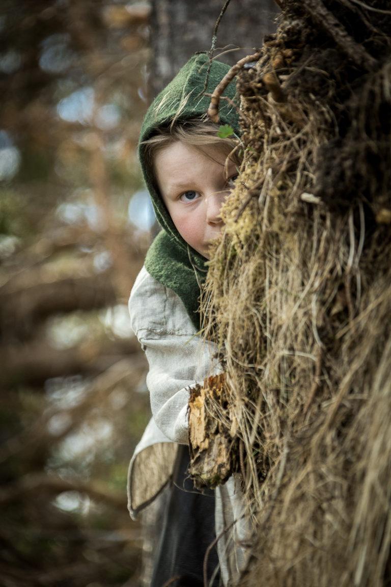 Han Olve kikker fram. Litt mer intellektuelt anlagt får han ikke til alle de praktiske tingene © Sør-Troms Museum