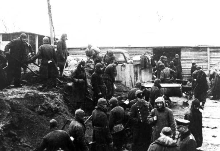 Tungarbeid. Rekker av menn som graver i ti timer av gangen © Sør-Troms Museum