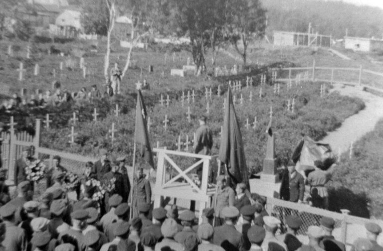 Monumentet avdukes i juni 1945. Kirkegården ligger nærmest, og så leiren i bakgrunnen © Sør-Troms Museum