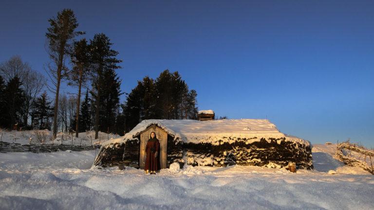 Årestua om vinteren. De tjukke veggene av torv holder kulda ute © Steve Nilsen/Sør-Troms museum