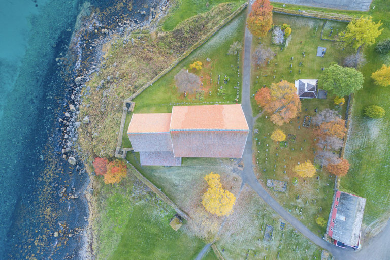 Trondenes kirke fra lufta, her ses tydelig rester etter to tårn til venstre for koret. De er eldre enn selve kirken © Jan Schmitt (drone fløyet med tillatelse)