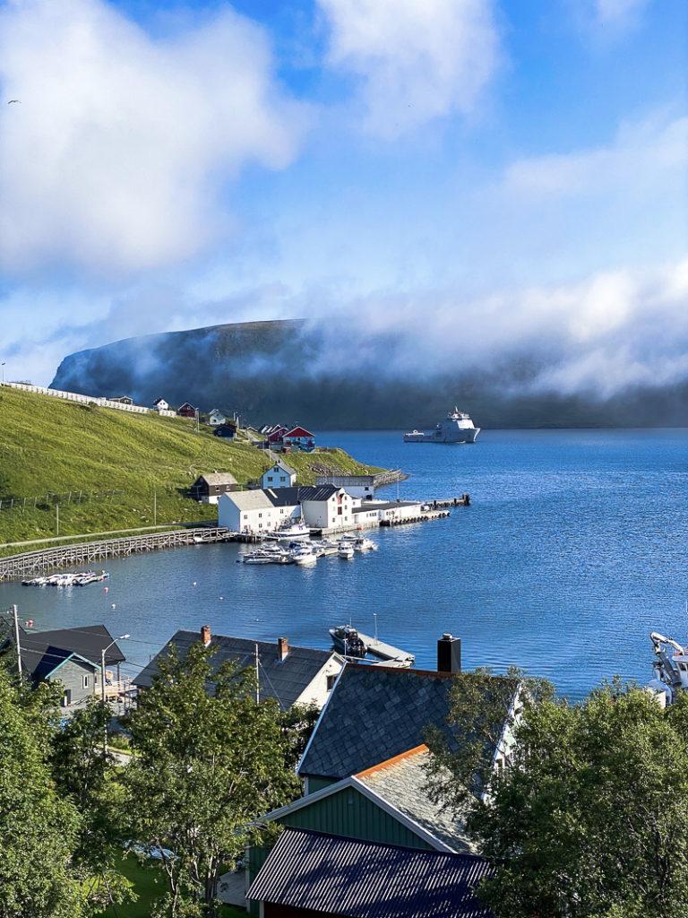 The sun plays with the summer fog in Akkarfjord © Katelin Pell