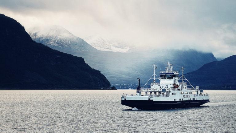 På vei over Ullsfjorden med nysnø i Lyngsalpene © Petr Pavlek/Visit Lyngenfjord
