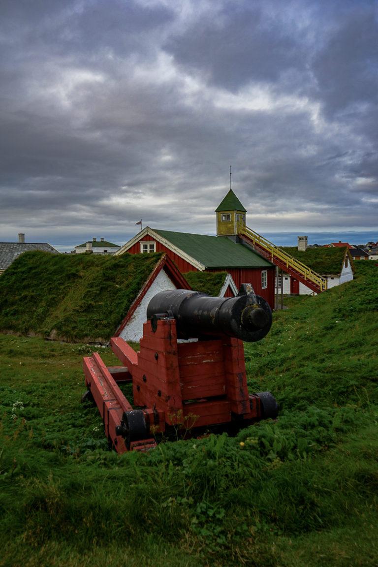 En kanon på vollen, og så de gamle husene inne i borggården © Katelin Pell