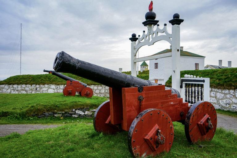 Porttårnet, omgitt av to kanoner © Katelin Pell